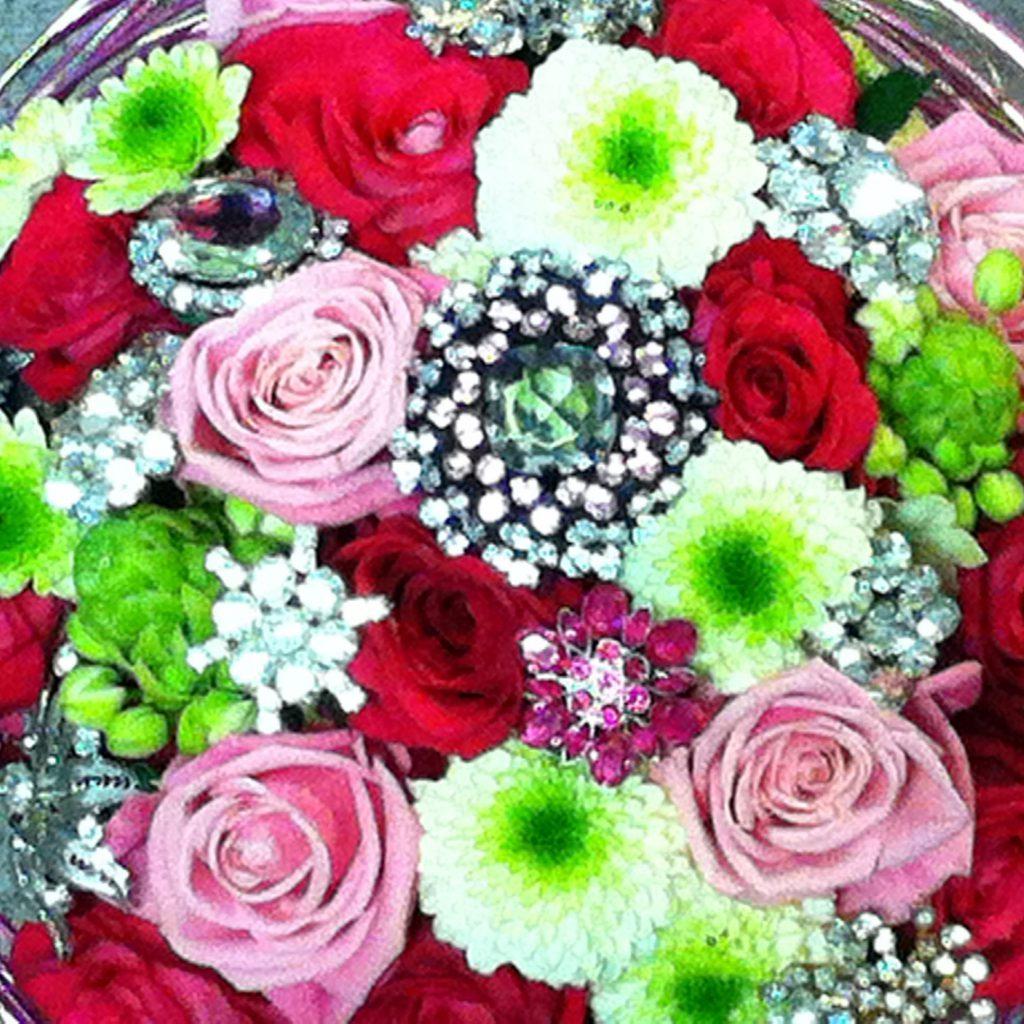 Brudbukett med mycket färg dekorerad med vackra broscher