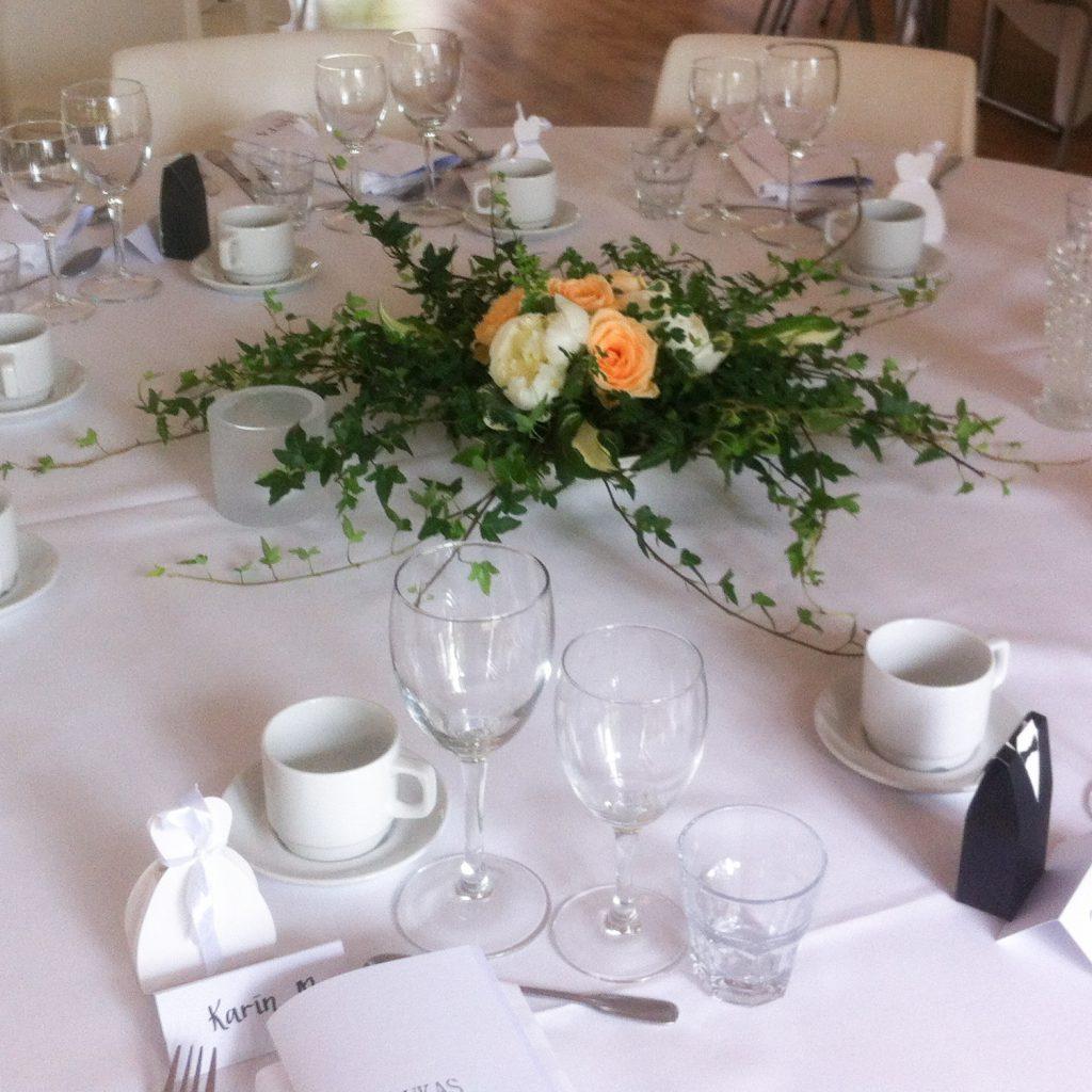 Bordsdekoration i vitt, aprikos och grönt till bröllop